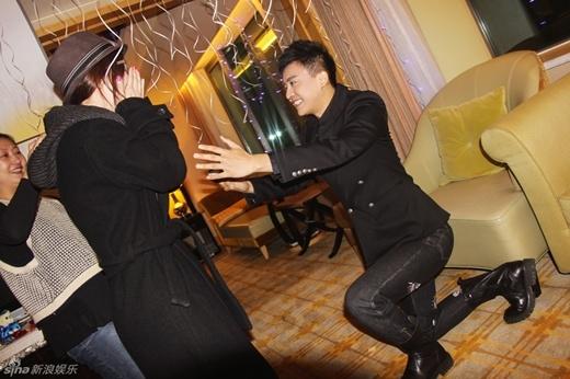 Tiểu Yến Tử Lý Thạch sung sướng khi được bạn trai quỳ gối, cầu hôn