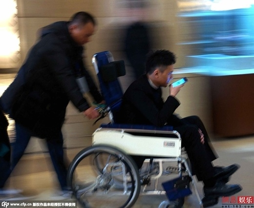 Phùng Thiệu Phong ngồi xe lăn tham dự sự kiện