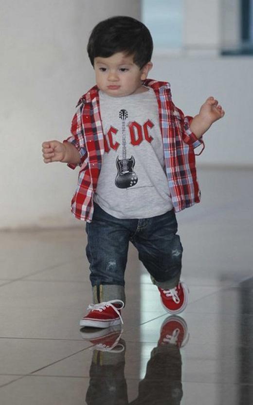 Thiago khá bụ bẫm và hiếu động, cậu bé đã tỏ ra yêu thích trái bóng ngay từ khi rất nhỏ.