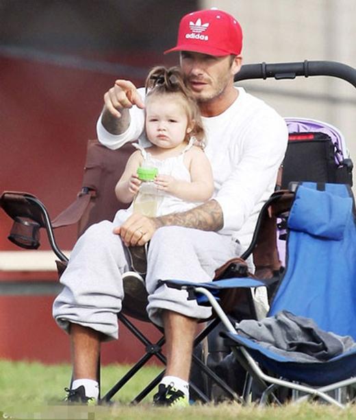 Ngoài 3 công tử điển trai, gia đình của David Beckham còn được người hâm mộ chú ý bởi sự đáng yêu của công chúa Harper Beckham. Cô bé luôn nhận được sự chăm sóc đặc biệt từ bố Becks.