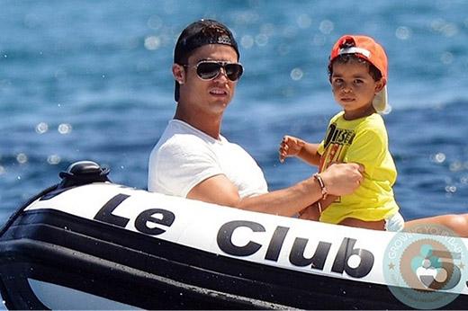 Cậu con trai cưng luôn được bố dẫn đi khắp mọi nơi. nào là đi xem tennis, đi du lịch, đi tắm biển...