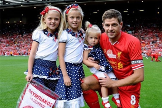 Đội trưởng CLB Liverpool – Steven Gerrard có đến 3 cô con gái đáng yêu và giống hệt bố.