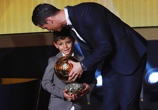 Con trai Ronaldo thần tượng... Messi