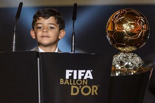 Cậu nhóc 4 tuổi lên sân khấu chia vui sau khi bố được vinh danh Quả bóng vàng 2014.