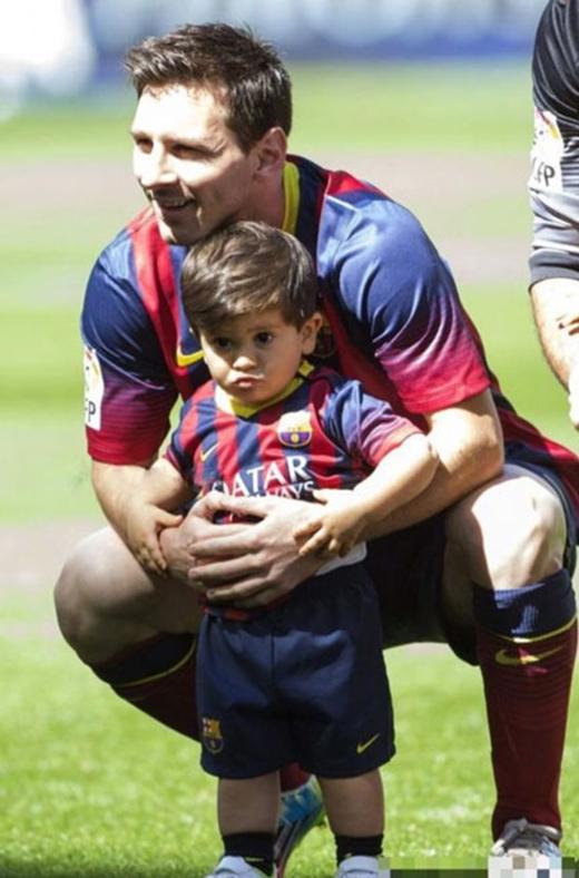 Đại kình địch của Ronaldo, Lionel Messicũng luôn nhận được sự ủng hộ của nhóc tì Thiago mỗi khi ra sân.