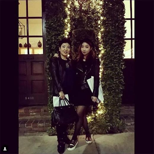 Minzy khoe hình ảnh quyến rũ khi chụp hình bên cạnh mẹ, cô chia sẻ trên trang cá nhân: Mẹ tôi và tôi nè.