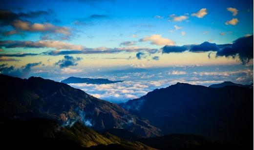 Những lớp mây dày đặc trùng trùng lớp lớp thuộc dãy Hoàng Liên Sơn - Ảnh: Aoshi