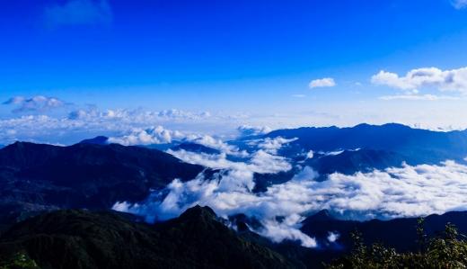 Đỉnh Fansipan nhìn trên cao như thành phố mây trong truyện cổ tích đầy huyền ảo - Ảnh: Aoshi