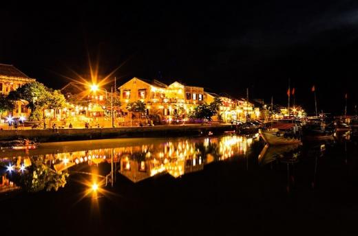 Hội An về đêm với hàng ngàn ánh đèn - Ảnh: Phong Trần