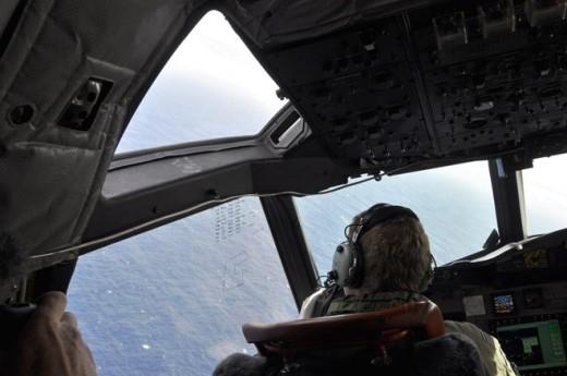 Một viên phi công trên máy bay thuộc lược lượng không quân hoàng gia New Zealand đang tìm kiếm mảnh vỡ của chiếc máy bay mất tích MH370, hãng hàng không Malaysia Airlines, ngày 1/4/2014.