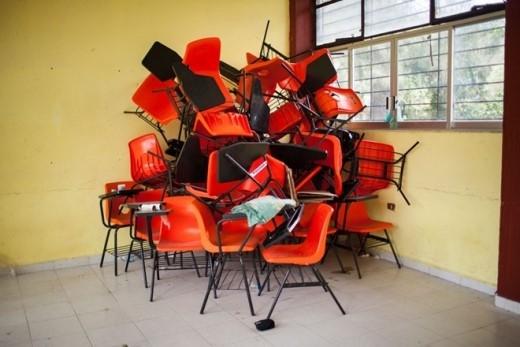 Ghế ngồi xếp thành đống tại góc lớp học