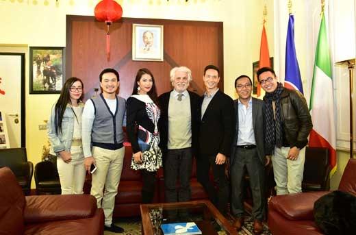 Các nghệ sĩ đã cùng trao đổi về nền điện ảnh hai nước. Placido bày tỏ ông rất tin tưởng vào nền điện ảnh trẻ của Việt Nam. - Tin sao Viet - Tin tuc sao Viet - Scandal sao Viet - Tin tuc cua Sao - Tin cua Sao