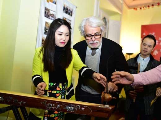 Nam diễn viên gạo cội người Ý Michele Placido có ấn tượng rất sâu đậm đối với Việt Nam. Vào những năm ở đầu thập kỷ 70 của thế kỷ 20, ông là một trong những người đứng lên biểu tình trong phong trào phản chiến, đòi hoà bình cho Việt Nam. - Tin sao Viet - Tin tuc sao Viet - Scandal sao Viet - Tin tuc cua Sao - Tin cua Sao