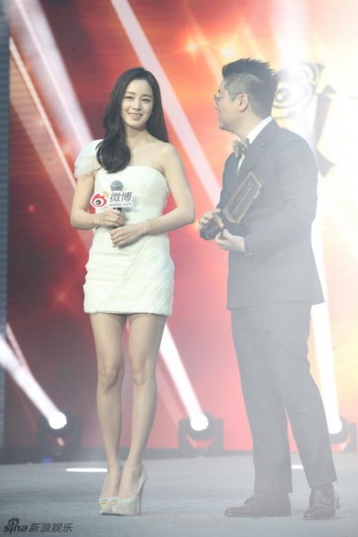 Kim Tae Hee trẻ trung trong sự kiện, cô nhận giải Nữ nghệ sĩ có ảnh hưởng