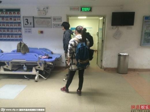 Người nhà Diêu Bối Na túc trực trong bệnh viện