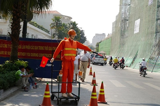 Robot hướng dẫn giao thông là của Công ty TNHH TM&DV Vận tải giao thông T&T, thuộc đơn vị tham gia xây dựng dự án cải tạo, nâng cấp đường Nguyễn Huệ.