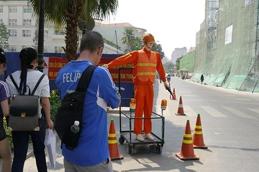 Theo các công nhân xây dựng thì robot hướng dẫn giao thông được đưa vào sử dụng từ 3 ngày trước.