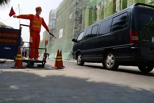 Robot tỏ ra rất linh hoạt, các cánh tay chuyển động lên, xuống tạo được sự chú ý của các phương tiện khi lưu thông qua đây.