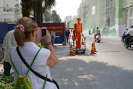Các du khách nước ngoài cũng chụp ảnh lại làm kỷ niệm.