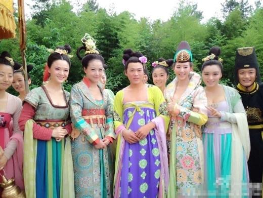 Dương Thục Phi (từ trái sang, thứ ba) giữa dàn mỹ nhân tuổi con, vẫn nổi bật như gái đôi mươi