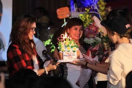 Vicky Nhung dành món quà sinh bất ngờ cho mẹ trong buổi offline đầu tiên