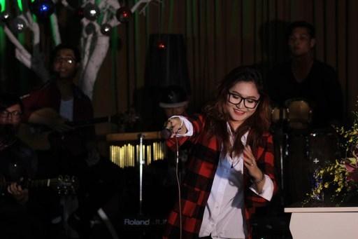 Vicky Nhung trình bày những ca khúc của cô cho khán giả nghe.