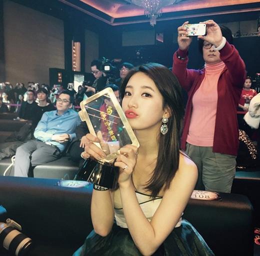 Suzy đã hạnh phúc khi khoe hình trong lễ trao giải Weibo hôm qua (15/1) lên trang cá nhân. Cô nàng đã được vinh dự nhận giải thưởng Nữ thần Weibo do khán giả Trung Quốc bình chọn.