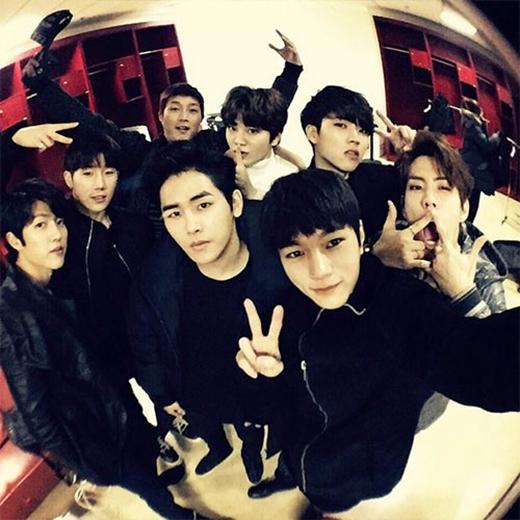L (Infinite) khoe hình cả nhóm đang có mặt tại Bắc Kinh trong chương trình GDA.