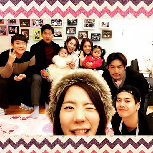 Sunny hào hứng khoe hình hai khách mời đặc biệt trong chương trình Roommate: Ra Hee, Ra Yool thật dễ thương. Các con đến đây chơi nữa nhé.