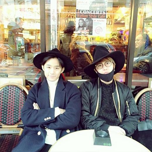 Lee Hong Ki thích thú tạo dáng cùng thành viên Jae Jin tại Pháp và anh cũng chào bằng tiếng Pháp khiến fan thích thú: Hahahaha... Boujour.