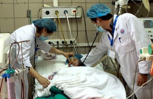 Bác sĩ ở Trung tâm chống độc Bệnh viện Bạch Mai (Hà Nội) điều trị cho nạn nhân vụ ngộ độc nấm rừng tại Thái Nguyên.