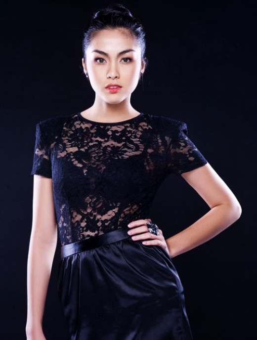 Không cần đến chất liệu ren cầu kỳ hay kiểu dáng lạ mắt, trang phục ren của Hà Tăng đơn giản, nhẹ nhàng nhưng tinh tế và sang trọng.