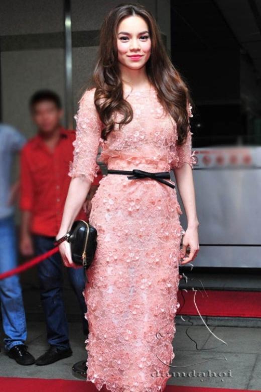 Ít khi người ta nhìn thấy Hà Hồ mặc 1 chiếc váy tầm thường hay đại trà đi dự sự kiện. Với đồ ren cũng không ngoại lệ.