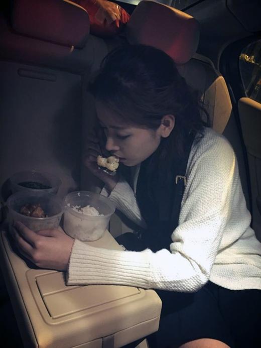 Vừa phải tham gia Bước nhảy hoàn vũ, vừa bận rộn với lịch làm việc riêng, Chi Pu phải gắng sức chạy ra chạy vào giữa Hà Nội và Hồ Chí Minh thường xuyên để kịp thời cho công việc. Không có nhiều thời gian để nghỉ ngơi, Chi Puphải vừa ăn, vừa ngủ, vừa make up luôn trên chiếc xe đi diễn quen thuộc của mình. Các fan tỏ ra khá lo lắng cho sức khỏe của Chi Pu và mong cô nàng hãy dưỡng sức nhiều hơn.