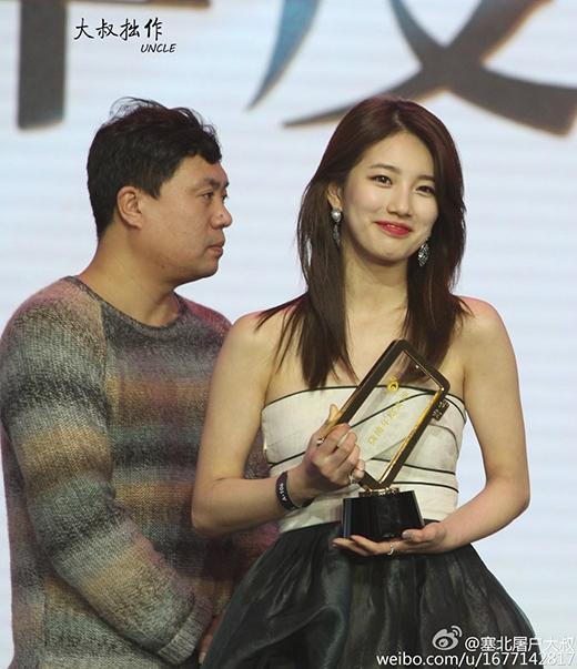 Suzy tỏa sáng như nữ thần trong lễ trao giải hôm qua