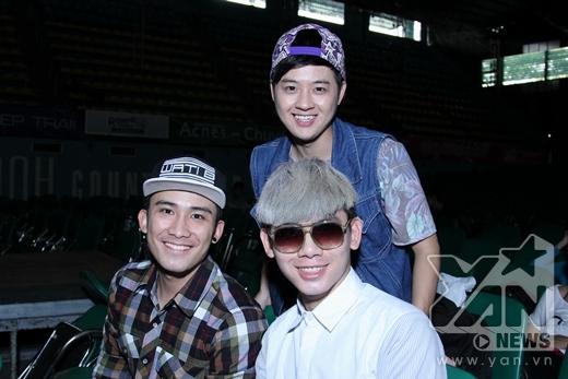 Bộ ba bạn thân tươi cười chụp ảnh cùng nhau. - Tin sao Viet - Tin tuc sao Viet - Scandal sao Viet - Tin tuc cua Sao - Tin cua Sao