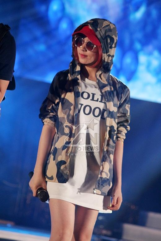 Ngay khi vừa xuất hiện, cô nàng luôn đeo kính đen, đội mũ che mặt - Tin sao Viet - Tin tuc sao Viet - Scandal sao Viet - Tin tuc cua Sao - Tin cua Sao