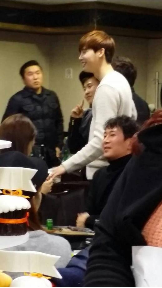 Một số hình ảnh hiếm hoi của Lee Jong Suk trong buổi tiệc