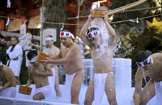 Những người đàn ông sẵn sàng cởi trần và xối nước lạnh lên người.