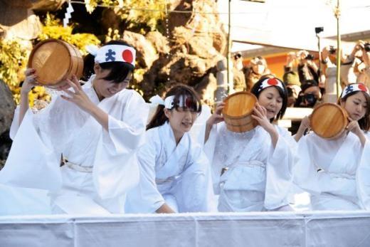 Lạ lùng lễ hội dội nước đá ở Nhật Bản