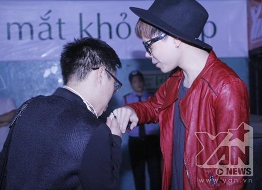 Anh còn chu môi hôn nhẹ lên tay của Trịnh Thăng Bình.... - Tin sao Viet - Tin tuc sao Viet - Scandal sao Viet - Tin tuc cua Sao - Tin cua Sao