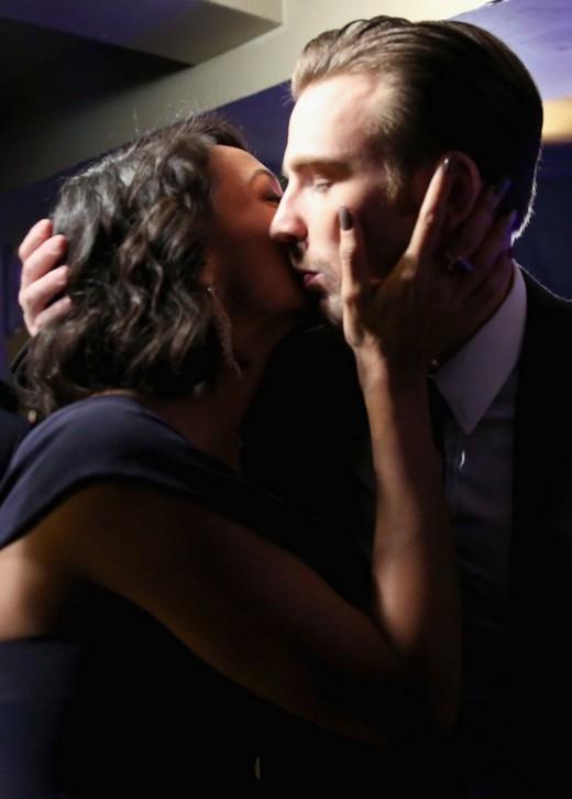 Nụ hôn nồng nàn giữa đội trưởng MỹChris EvansvàRosario Dawsonphía sau hậu trường