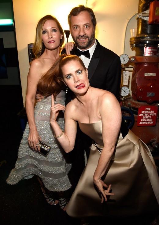 """Amy Adamstạo dáng hết sức """"ngớ ngẩn"""" cùngLeslie Mannvà chồng,Judd Apatow"""
