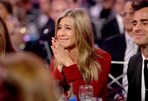 Dường nhưJennifer Anistonđã rất hạnh phúc và cảm động khi theo dõi bài phát biểu của Nữ diễn viên xuất sắc nhấtJulianne Moore