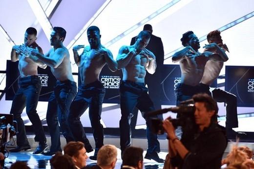 """Những anh chàng lực lưỡng này dường như đang """"uốn éo"""" trên sân khấu trong màn trình diễn"""