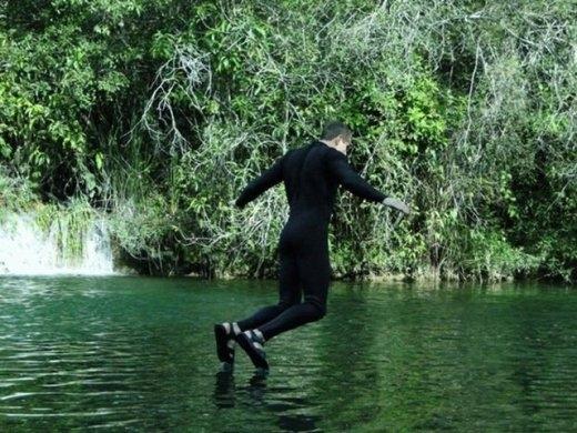 Nhìn có cảm giác như người bay trên nước