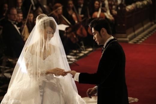 Cô dâu chú rể trao nhẫn cưới.