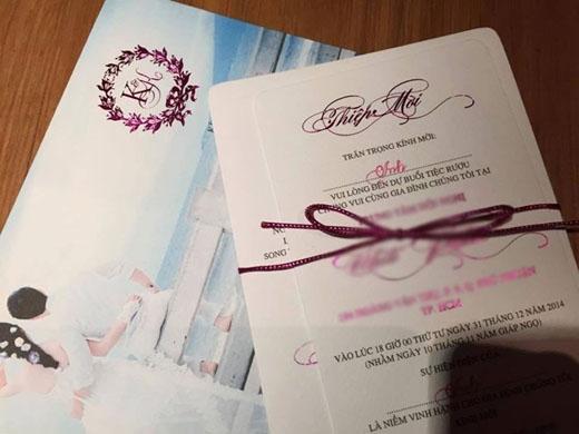 Ngày 27/12/2014 là ngày đẹp nên đã có rất nhiều cặp đôi tổ chức đám cưới, không chỉ các cặp đôi nổi tiếng của showbiz. Nữ diễn viên Lê Khánh cũng đã tổ chức đám cưới với nam diễn viên Tuấn Khải vào ngày này, trùng với Công Vinh - Thủy Tiên. Thiệp cưới của Lê Khánh lựa chọn màu tím làm điểm nhấn trên nền trắng, màu tím cũng là màu mà cô yêu thích. Ngoài những thông tin về lễ cưới thì thiệp cưới còn kèm theo một bức ảnh của cô dâu - chú rể vô cùng lãng mạn. - Tin sao Viet - Tin tuc sao Viet - Scandal sao Viet - Tin tuc cua Sao - Tin cua Sao