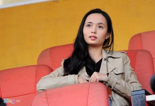 Bà xã tương lai Huyền Mi của tiền vệ Văn Quyết có mặt trên sân Hàng Đẫy cổ vũ trận đấu giữa Hà Nội T&T gặp QNK Quảng Nam diễn ra lúc 17h chiều nay (17/1).