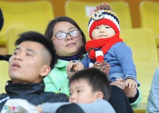 Bà xã Bích Huệ cùng các nhóc tì của thủ môn Dương Hồng Sơn cũng có mặt trên sân Hàng Đẫy cổ vũ CLB Hà Nội T&T thi đấu trận thứ 2 trên sân nhà.
